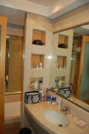 Ascot Hotel:                   bathroom