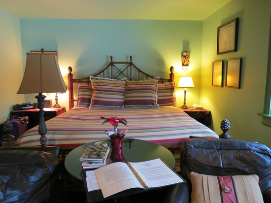Woolverton Inn: Bed and sitting area