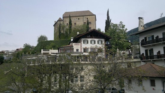 Schloss Schenna und Mausoleum: il castello visto dalla chiesa parrocchiale