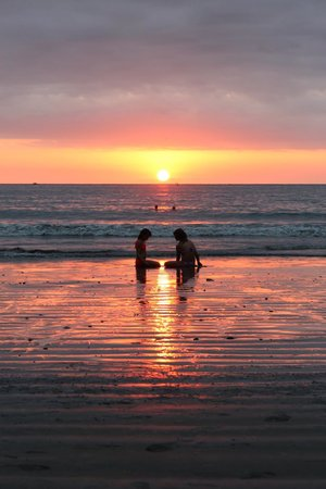 Tulemar Bungalows & Villas : Sunset Chat at Tulemar Beach