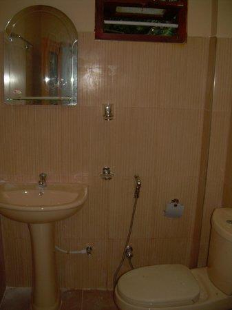 Bandhusena House & Apartment: Bathroom