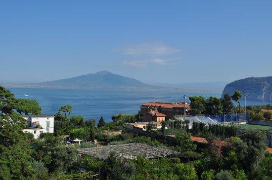 Grand Hotel De La Ville Sorrento: View from room balcony of Mount Vesuvius