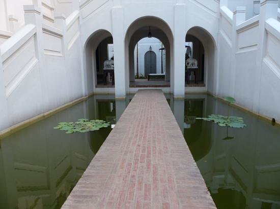 ‪ساتري هاوس:                   walkway between the fish ponds