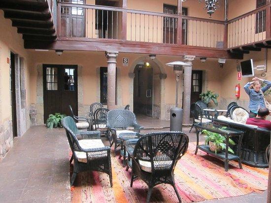 Tierra Viva Cusco Plaza: Un hall antes de entrar al restaurante