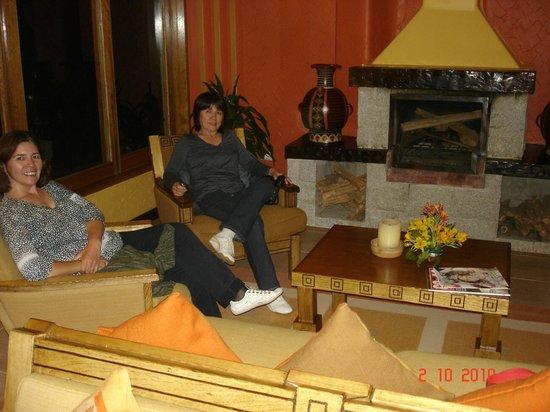 SUMAQ Machu Picchu Hotel:                   Na sala da lareira, aguardando o jantar
