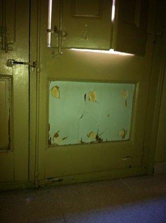 Hotel Rey Don Jaime I: puerta del balcón rota
