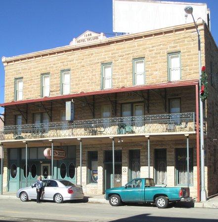 هوتل إكلوند:                   view of hotel from across the street. Safe on street parking.                