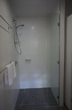 مانترا بوت هاوس أبارتمنتس: shower