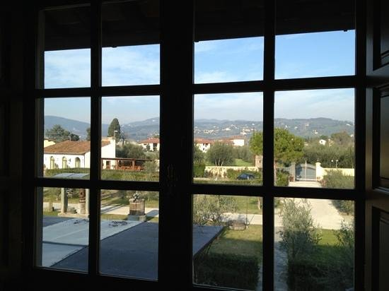Villa Olmi Firenze: Beautiful view out our window of the grounds and the Tuscan hills.