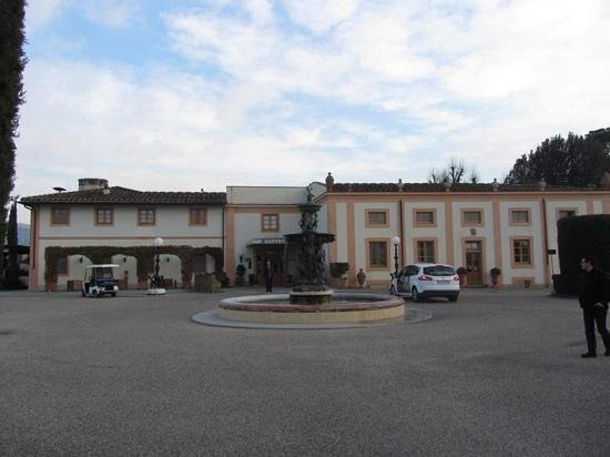 Villa Olmi Firenze: The front entrance of Villa Olmi