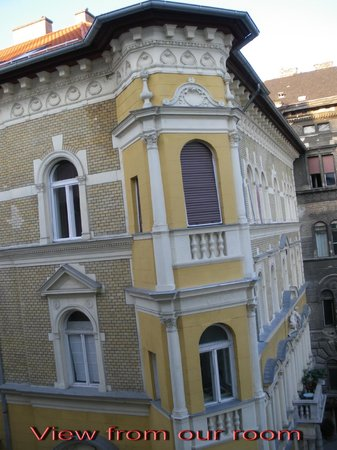 Hotel Palazzo Zichy: Lovely buildings across from Hotel