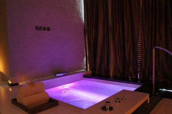 Altira Hotel: jacuzzi in spa couples room