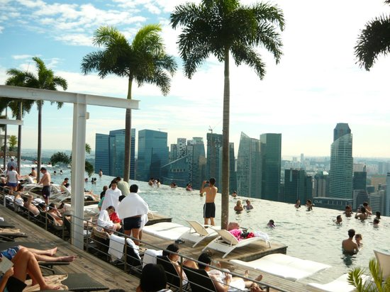Infinity Pool With Swissotel The Stamford In Background