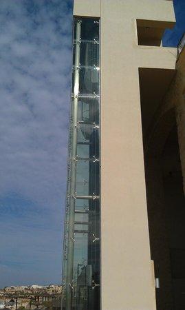 Crowne Plaza Jordan - Dead Sea Resort & Spa: Elevator to the beach
