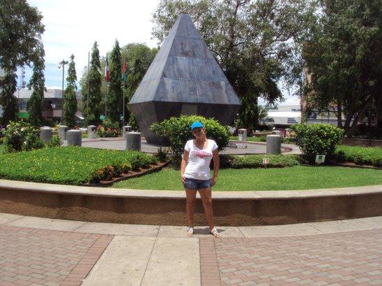 David, Panama: al fondo vista de la fuente del parque