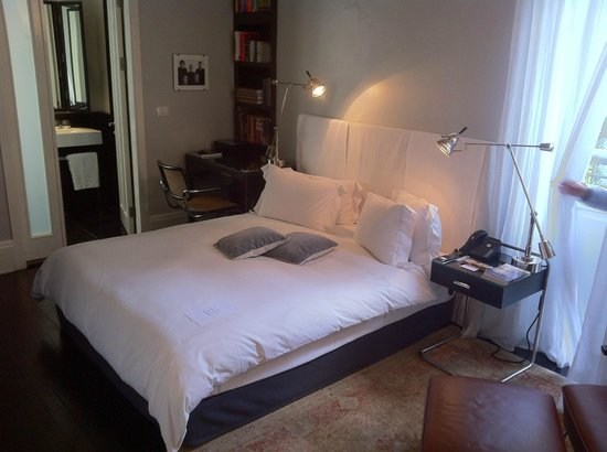 Hotel Montefiore: Bed and desk with bookcase