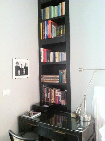 Hotel Montefiore: bookcase corner