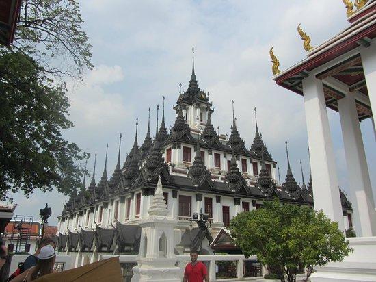 Wat Ratchanatdaram Woravihara (Loha Prasat): Lovely building
