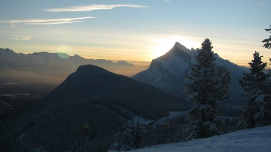 Rimrock Resort Hotel: Mount Rundle at sunrise