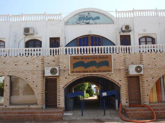 Blue Beach Club: Entrance courtjard rooms