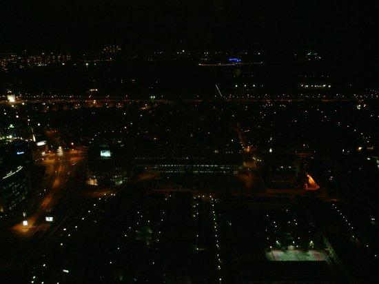 Two Seasons Hotel & Apartments:                   Skylounge dan gece manzarası