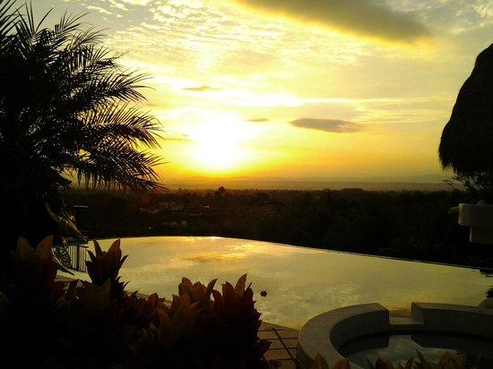 Hacienda Combia: Puesta de sol sobre el valle de Armenia vista desde la piscina