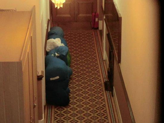 Hyde Park Suites: Sacos con sábanas sucias, generaban mal olor en la entrada.