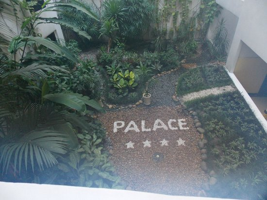 Palace Hotel Saigon : Courtyard from buffet area
