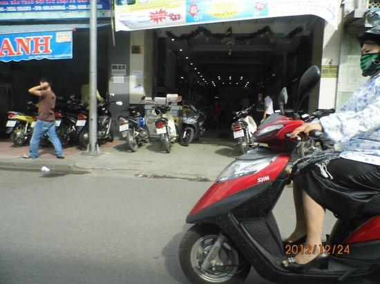 Green Hotel Nhatrang:                   пыталась сфотать как ездят на байках женщины...