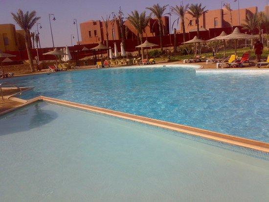 Romance Hotel:                                                                         حمام السباحة
