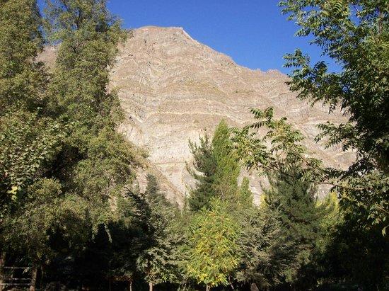Cascada de las Animas: Vista de la cordillera camino al río.