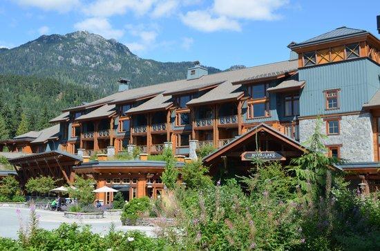 نيتا ليك لودج:                   The front of Nita Lake Lodge                 