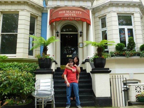 Her Majesty Hotel: en la puerta del hotel
