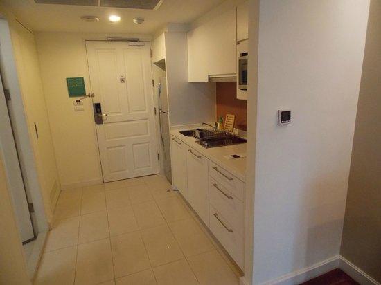 Phachara Suites: kitchenette