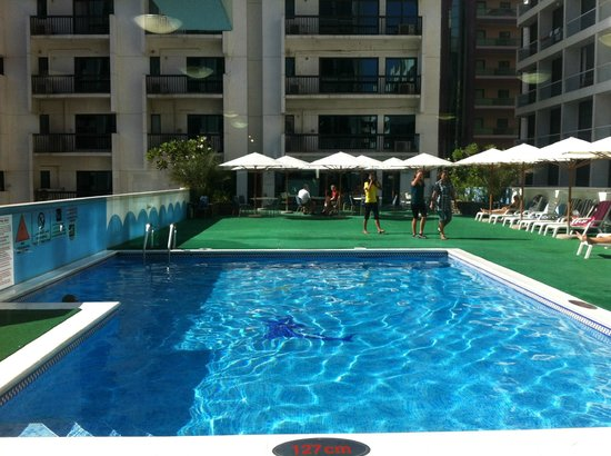 Golden Sands Hotel Apartments:                   GS3 swimming pool and bathing area