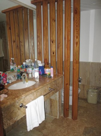 VIK Hotel Arena Blanca: inside bathroom, bring your own soap, shampoo, conditioner etc..