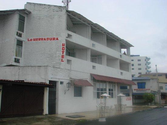 Hotel La Herradura: Fachada posterior hacia el malecon