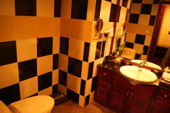 Paradise Angkor Villa Hotel: Bathroom