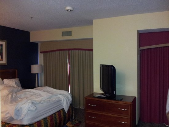 Residence Inn Boston Franklin:                                     bed and tv