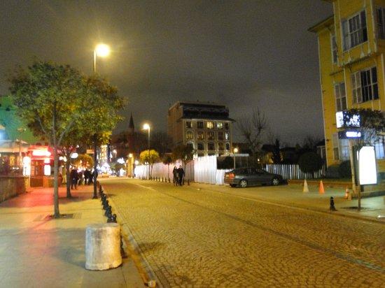 And Hotel:                   Vista do hotel da frente da entrada da Cisterna
