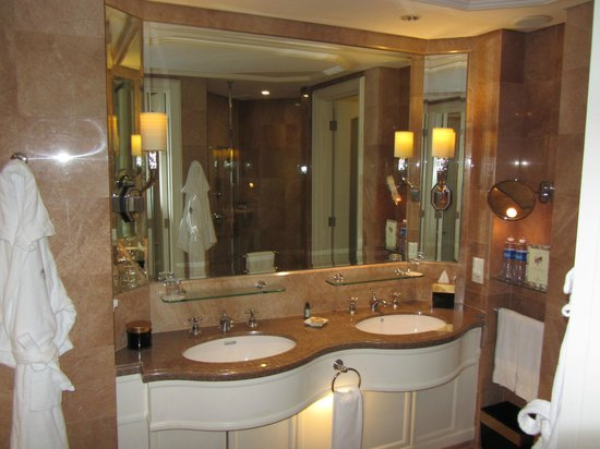 Four Seasons Hotel Singapore: Bathroom