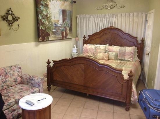 Cedar Key Harbour Master Suites: King bed, double-doors behind curtain