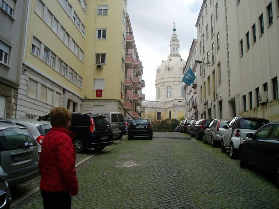 ذا هاوس ليسبوا: Basilica Estrella at the end of the street