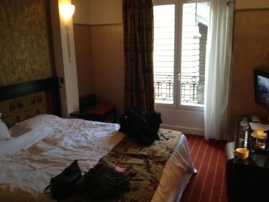 Hotel Eiffel Seine:                   room 105
