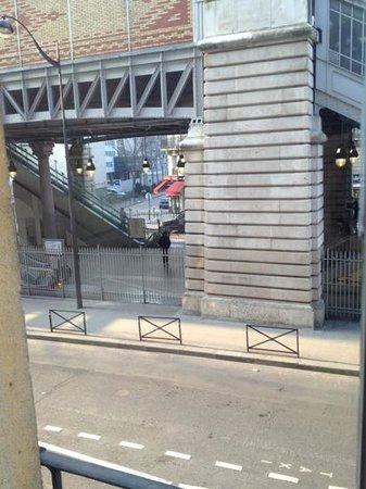 โรงแรมไอเฟลเซน ปารีส:                   metro stop just outside
