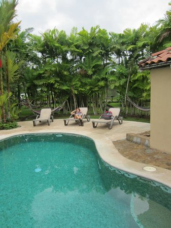 Arenal Backpackers Resort: Chilling at the pool