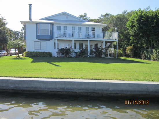 Little Gull Cottages: Attractive apartment rental above rec room on bay side of Little Gull