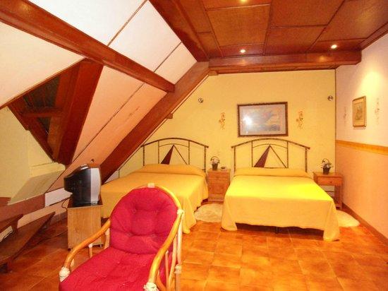 Hotel La Pyramide:                   Our room