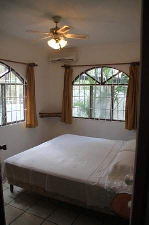 Hotel Flores: light and airy bedroom - A/c unit will cool the entire suite