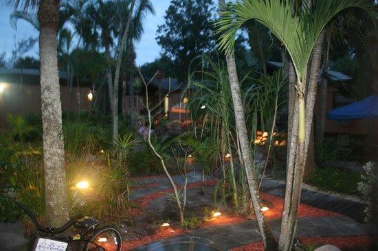 Kona Kai Motel:                   grounds                 